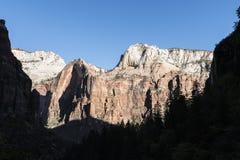 Klippen und Schatten bei Zion National Park Lizenzfreie Stockbilder