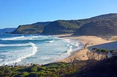 Klippen und Vegetation, die Garie-Strand umgeben lizenzfreie stockfotos