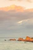 Klippen unter großem bewölktem Himmel, Bretagne, Frankreich Stockbild