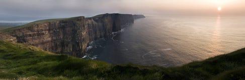 Klippen van Moher bij zonsondergang in Co De kustlijn van de Atlantische Oceaan dichtbij Ballyvaughan, Co stock afbeelding