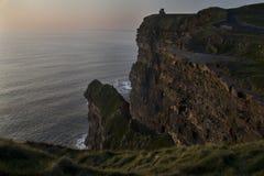 Klippen van Moher bij zonsondergang in Co De kustlijn van de Atlantische Oceaan dichtbij Ballyvaughan, Co Royalty-vrije Stock Afbeeldingen