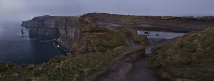 Klippen van Moher in Co De kustlijn van de Atlantische Oceaan dichtbij Ballyvaughan, Co Royalty-vrije Stock Foto