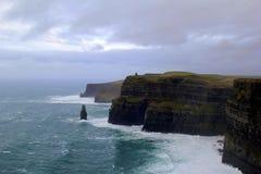 Klippen van Moher, een aantrekkelijkheid die mensen uit over de hele wereld, Ierland, 2014 recruteert Royalty-vrije Stock Afbeelding