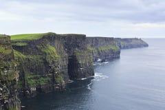 Klippen van Moher en de Atlantische Oceaan Stock Foto's