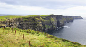 Klippen van Moher en de Atlantische Oceaan Stock Afbeeldingen
