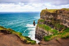 Klippen van Moher, Ierland De Atlantische Oceaan royalty-vrije stock afbeeldingen