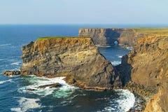 Klippen von Kilkee in Irland Stockbild