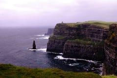 Klippen von Moher, Besucher können Aran Islands in Galway-Bucht sehen Stockfoto