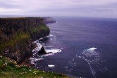 Klippen von Moher, Besucher können Aran Islands in Galway-Bucht sehen Lizenzfreie Stockfotografie