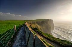 Klippen von Moher, Conty Clare, Irland, Nachmittag mit bewölktem Hintergrund stockfotos
