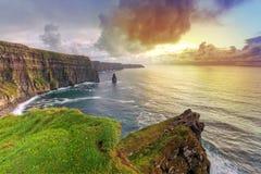 Klippen von Moher am Sonnenuntergang Lizenzfreie Stockfotos
