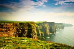 Klippen von Moher unter bewölktem Himmel, Irland Stockbilder