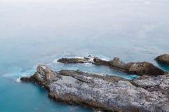 Klippen von Teneriffa-Insel fahren mit tiefem blauem Wasser die Küste entlang Lizenzfreies Stockfoto