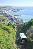 Klippengleis mit Aberystwyth im Hintergrund Lizenzfreies Stockfoto