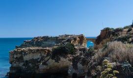 Klippenküstenlinie in Lagos, Algarve, Portugal Lizenzfreie Stockfotos