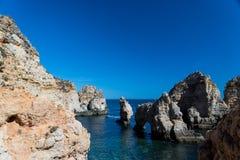 Klippenküstenlinie in Lagos, Algarve, Portugal Lizenzfreies Stockfoto