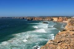 Klippenküstenlinie in Sagres, Portugal Stockfotografie