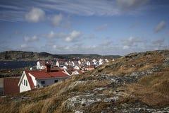 Klippenlandschap en een klein Zweeds door het overzees stock afbeelding