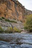 Klippenlandschap op een rivier, stock fotografie