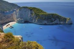 Klippenmening van de schipbreuk Navagio en andere toeristenboten in de zomer stock foto's