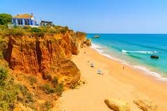 Klippenrotsen op mooi strand Royalty-vrije Stock Foto