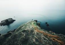 Klippenstand des Hohen Sees über dem weiten Ozean Lizenzfreie Stockfotos