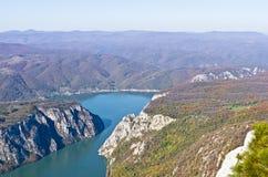 Klippor över Danube River på stället var den Djerdap klyftan är mest smal Royaltyfri Foto