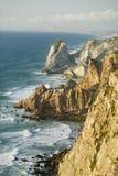 Klippor av Cabo da Roca på Atlanticet Ocean i Sintra, Portugal, den westernmost punkten på kontinenten av Europa, som poeten Royaltyfria Foton