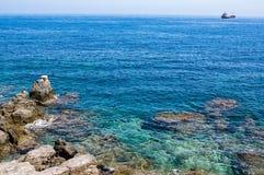 Klippor av det Aegean havet i Rethymno, Kretaö, Fotografering för Bildbyråer