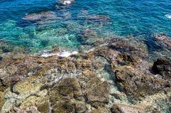 Klippor av det Aegean havet i Rethymno, Kretaö, Grekland Arkivfoto