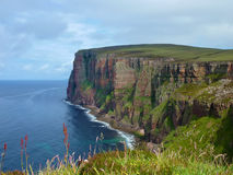 Klippor av Hoyön på Orkneysen fotografering för bildbyråer