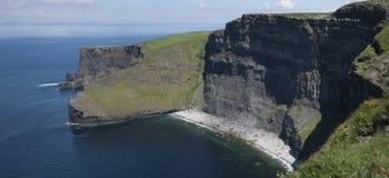 Klippor av Moher den panorama- bilden royaltyfri fotografi