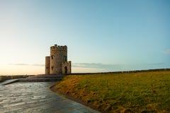 Klippor av Moher - nolla-Briens torn i Co Clare Ireland Royaltyfri Fotografi