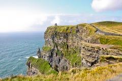 Klippor av Moher, sikt med tornet för nolla-`-Brien ` s, ståndsmässiga Clare, Irland Fotografering för Bildbyråer