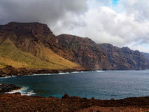 Klippor av Punta de Teno på Tenerife Arkivbilder