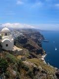 Klippor av Santorini som förbiser havet Arkivfoto
