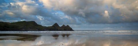 Klippor för soluppgånglandskappanorama tre skäller i Wales med dramat Royaltyfri Fotografi