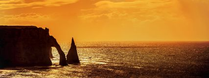 Klippor i Etretat på solnedgången arkivfoton