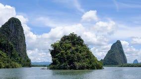 Klippor längs fjärden som omges av öar med mangrovar Fotografering för Bildbyråer