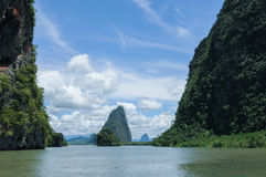 Klippor längs fjärden som omges av öar med mangrovar Arkivbilder