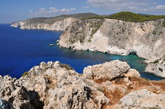 Klippor med det blåa havet arkivbilder