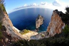 Klippor med det blåa havet arkivfoton