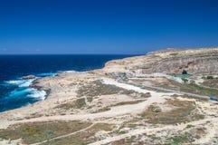 Klippor nära Azure Window på den Gozo ön, Malta Royaltyfria Bilder