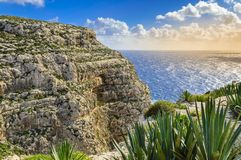 Klippor nära den blåa grottan, Malta arkivbilder