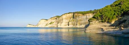 Klippor nära den Perloulades byn på den Korfu ön, Geece Royaltyfri Foto