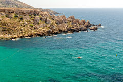 Klippor nära den Tuffieha fjärdstranden, Malta Arkivfoton