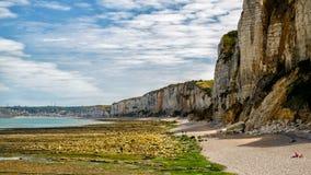 Klippor och berg på Yport Habour och strand sid i Normandie under molnig himmel Arkivbild