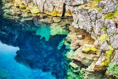 Klippor och djup klyfta i den Thingvellir nationalparken, Island arkivfoto