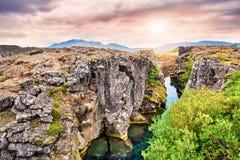 Klippor och djup klyfta i den Thingvellir nationalparken, Island Arkivbild