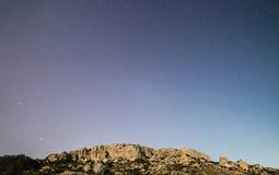 Klippor och himmel Royaltyfri Bild